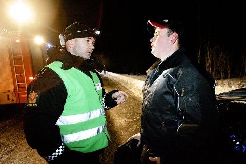 Her snakker Helge Horne med et vitne i forbindelse med ei trafikkulykke i 2006. Foto: Lina Livsdatter