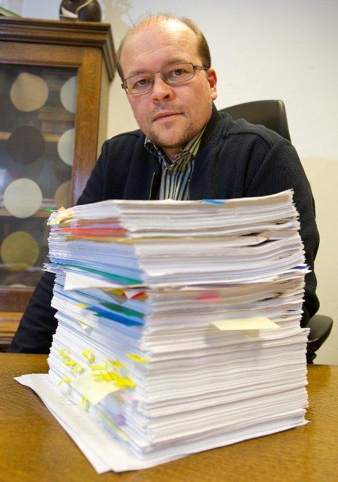 Advokat Tore Leiros med bunken av dokumenter fra Helge Hornes kamp mot Nav og Statens Pensjonskasse. Foto: Ola Solvang