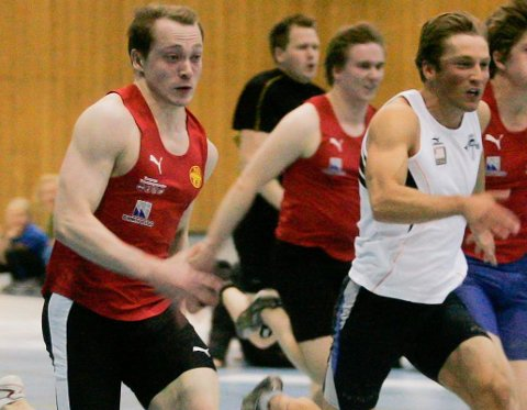 Nikolai Bjerkan (t.h) oppnådde tiden 6.93 under et stevne på Steinkjer i helga, noe som er fjerde beste tid i Norge denne sesongen. Nå tror trener Henrik Johnsen (t.v) at 23-åringen kan ta medalje i NM.