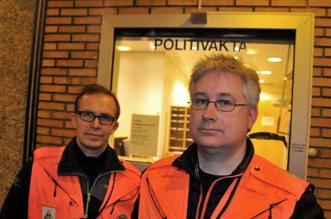 RADIOENTUSIASTER: Ved hjelp av Radio Relæ Liga kan politiets operasjonssentral kommunisere med patruljene ute i felt, som om både politiets eget samband og mobilnettet ramler sammen. Dag Sjaaeng og Odd Bjørnstad sørget for kontakt mellom politiet nede i byen og den improviserte basestasjonen på toppen av Tromsøya.