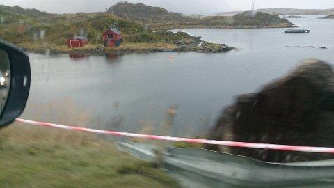 Autovernet på nedsiden av veien ble ødelagt av steinene som falt ned.