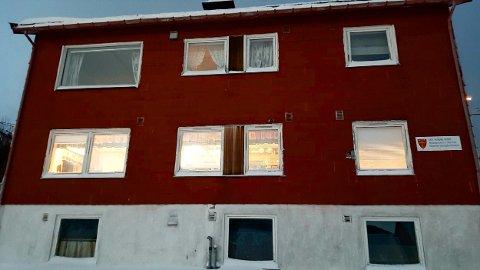 Kirkevergen mener dette huset i Skjervøy sentrum er en skamplett. Beregninger viser at det vil koste 735.000 kroner å sette det i rimelig stand. Foto: Jon Andreassen