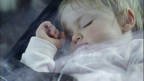 Røyking i bil med barn til stede blir forbudt i England. Foto: Helsedirektoratet