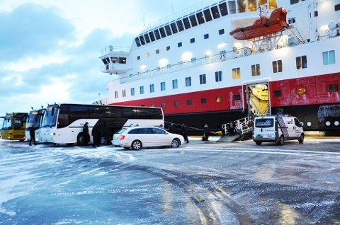 VED KAI: Kong Harald MS ligger ved kai i Honningsvåg. Passasjerene ble fraktet med buss til Tromsø. Foto: Randi Iren Olsen