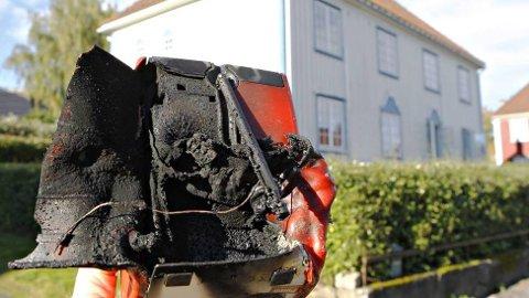 EKSPLODERTE: Denne Pinell GO-radioen eksploderte i Tønsberg natt til lørdag. Radioen er tilbakekalt av produsenten, men fortsatt finnes flere tusen slike radioer i norske hjem. FOTO: VESTFOLD INTERKOMMUNALE BRANNVESEN