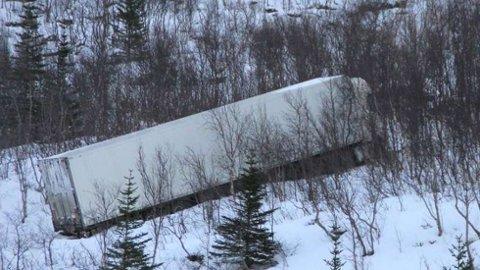 HAVNET UTFOR: Søndag gled traileren av veien på Senja. Onsdag var kjøretøyet tilbake på veiene i Norge - uten lys.