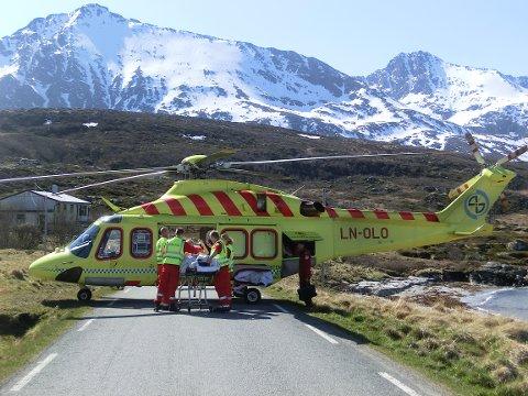 DAGENS HELIKOPTER: Her er ambulansehelikopteret i Tromsø, av typen Agusta Westland 139, i aksjon på Vannavalen i Karlsøy kommune.