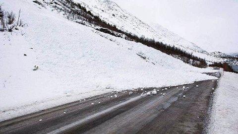 RASFARLIG: Nå skal et nytt radarsystem testes ut ved den rasfarlige Holmbuktura på fylkesveien mellom Lakselvbukt og Jøvik utenfor Tromsø. Foto: Jan Holmebukt