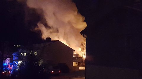 OVERTENT: En enebolig i området Kleiva i Kanebogen utenfor Harstad er overtent. Både beboere av huset, og husene rundt er evakuert.