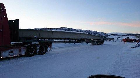 34 METER: Her er de 29 meter lange betongelementene lastet på planet på Element Nor. Total lengde, 34 meter.
