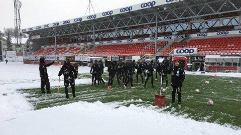 Her er Start-spillerne i full gang med å måke fram Alfheim stadion. Foto: Even Øgrey Brandsdal, IK Start