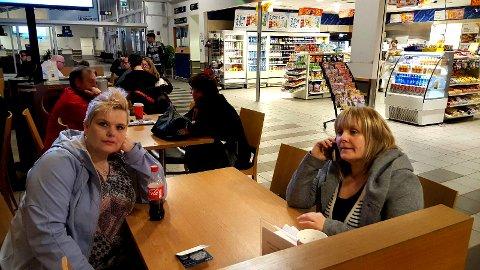 PÅ FLYPLASSEN: Barbro Christine Rosanoff-Uilenberg (til venstre) og Linda Ommedal ble sendt til Kirkenes fra Tromsø for operasjon. Årsaken er at UNN opplever sprengt kapasitet som følge av mange kreftpasienter.