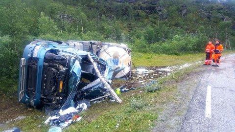 OMKOM ETTER UTFORKJØRING: Sjåføren satt fastklemt inne i førerhuset på lastebilen. (Foto: Ingrid Holst)