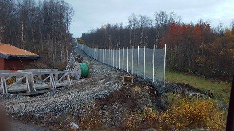 GJERDE: Gjerdet langs den norsk-russiske grensen i Finnmark, kan ha blitt bygget for nært Russland.