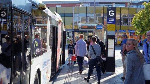 PÅ PLASS: Drammen er blant byene som alt har tatt i bruk et sanntidssystem for bussene. Egne skilt ved holdeplassen viser hvor mange minutter det er til de ulike bussrutene ankommer.