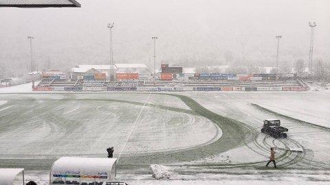 HVIT FOTBALL: Det kan bli litt vått og kaldt på fotballbanen på TUIL Arena i dag.