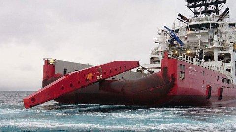 HEIST OM BORD: Den ene av bommene ble plukket opp av ankerhåndteringsskipet «Siem Opal» på Vannøya fredag.