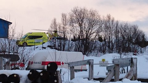 Ambulanse, ambulansehelikopter og mannskap fra Røde Kors har samlet seg ved Skytterhuset på Lyngseidet.