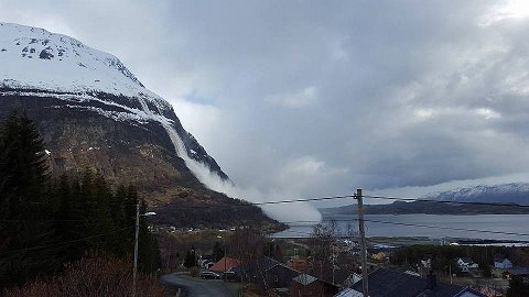 SKRED: For to uker siden gikk det et sørpeskred fra sørsiden av Pollfjellet. Skredekspert Kjetil Brattlien forteller at vi kan vente oss flere sørpeskred når varmen kommer. Arkivfoto: Sara Hamnvik