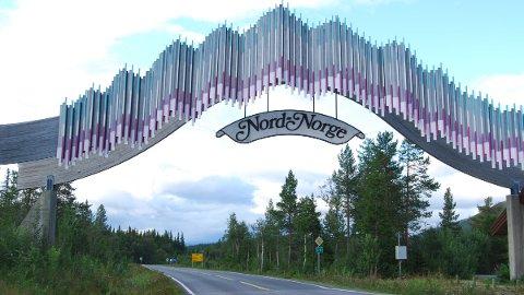 VEIVALG: Torsdag bankes sammenslåingen mellom Troms og Finnmark gjennom på Stortinget. Bør det nye navnet på regionen bli Nord-Norge? I så fall må kanskje dette skiltet på grensa mellom Trønderlag og Nordland flyttes...