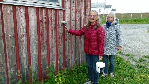 KLAR: Grete Hoel og Grete Hoel Haugen (bak) er klar med maling og pensel, straks været tillater det. Snart skal vannbehandlingshuset blim rødt som nytt.