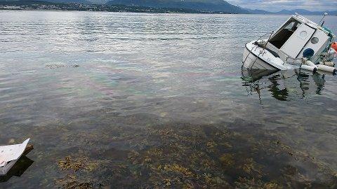 HAVARERT: Slik ligger båten i fjæresteinen ved Selnes på Kvaløysletta. Kommunen ønsker å komme i kontakt med eier av båten.
