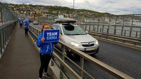 TEAM ERNA: Høyre fikk ut budskapet på valgdagen på brua.