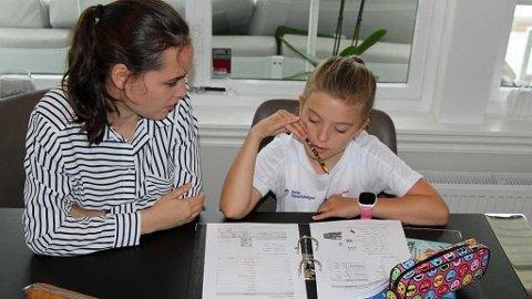 Marie (10) går i 5.klasse og får hjelp i engelsk av mentor Katarina (19). Foto: Helle Nilsen (Mediehuset Nettavisen (NA BIlder))