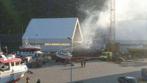 NY VRI: Brannvesenet har vurdert ulike slukkemetoder, men først lørdag morgen fikk de kontroll på brannen. Her hjelper redningsskøyta til med spyle skum på båten fredag ettermiddag.