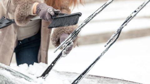 Dette kan være et lurt triks for å unngå at vindusviskerne fryser fast. Foto: Colourbox/Tryg