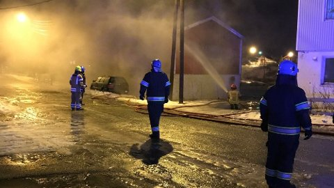 BRANN: Brannvesenet på plass i Kjøllefjord. Foto: Politiet i Finnmark