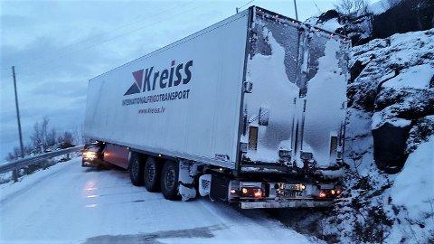 PROBLEMER: Onsdag sperret dette russiske vogntoget fylkesvei 86 på Senja.