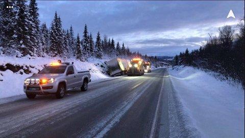 I GRØFTA: Et vogntog havnet i grøfta på E6 i Balsfjord torsdag morgen.