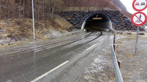 STENGT TIL JUL: Pollfjelltunnelen i Lyngen sikres nå med sprøytebetong.