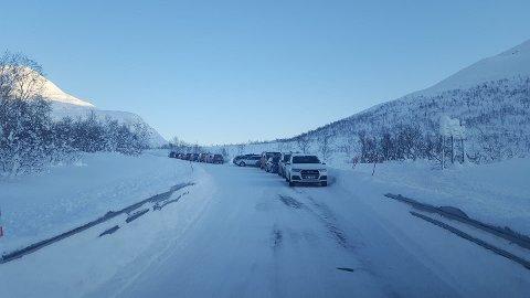 TRAFIKKFARLIG: En rekke biler sto feilparkert på Kattfjordeidet lørdag.