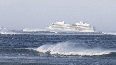Cruiseskipet var nær ved å drive på land. Redningshelikoptre gikk i skytteltrafikk for å evakuere passasjerer.