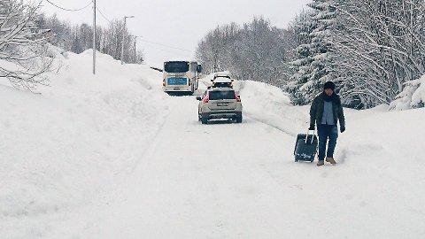 STOPP VED SELNES: Bussene på Kvaløya har støtt på problemer. Her står rute 42 på tverra opp til Selnes.