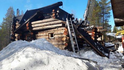 HYTTEBRANN: Hytta begynte å brenne klokken tre natt til fredag. Tre personer omkom i brannen. En person klarte å redde seg ut og overlevde. Foto: Finsk politi