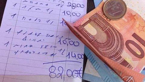 Britiske Vikki Scott hevder hun og følget måtte betale 800 kroner (82 euro) for syv brus og en milkshake på en restaurant på den greske øya Rhodos.