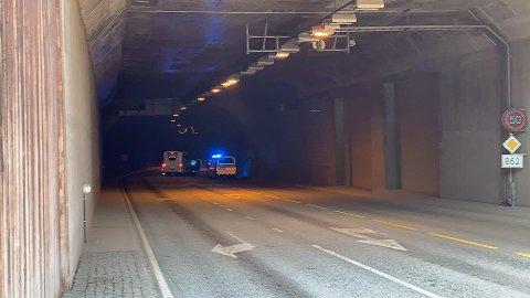 I VEGGEN: Trafikkuhellet har skjedd cirka femti meter inn i tunnelen. Tunnelen er stengt.