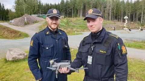 NYUTDANNET: De nyutdannede dronepilotene Daniel Kvalsund fra Troms og Christian Ekra fra Agder politidistrikt