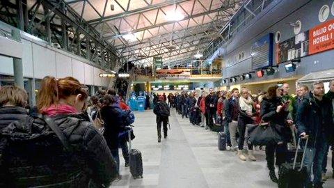 Mang en reisende over Tromsø lufthavn har opplevd lange køer på flyplassen.