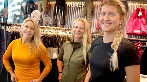 KLAR TIL ÅPNING: Butikksjef Isabel Harpsaaker har hele uka fått hjelp fra Annett Kolstad og Marte Thømte til å gjøre klar ny butikk. Lørdag feiers nyåpningen.