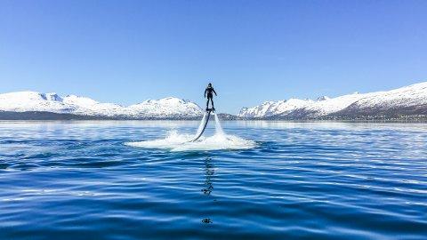 VANN-LEKETØY: Her er utstyret i bruk i det iskalde Tromsø-havet.