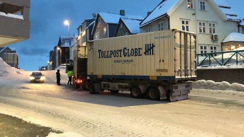 FIKK STOPP: Slik sto vogntoget i bakken ved tunnelinnslaget i Hansjordnesbukta søndag ettermiddag.