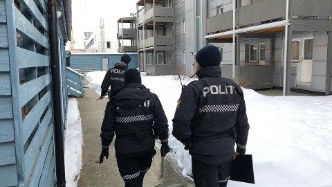 DØDSFALL: Uniformert politi var på åstedet i Tromsø sentrum torsdag formiddag.