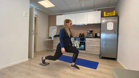 Fysioterapeut Rikke Kommedahl hos Optimum Helse og Idrett har flere tips til enkle øvelser man kan gjøre hjemme. Foto: Stian Høgland