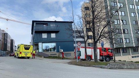 RYKKET UT: Nødetatene rykket ut til Strandskillet tidlig tirsdag ettermiddag, etter melding om brann på en veranda.