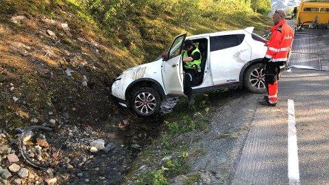 BERGES: Bilberger og politi undersøker bilen etter at den ble vendt tilbake på hjulene.