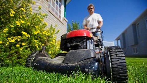 FORBUDT: Det er ikke lov å klippe plenen med en støyende gressklipper på søndager eller helligdager, og du risikerer bøter om du gir blaffen. Foto: Thinkstock